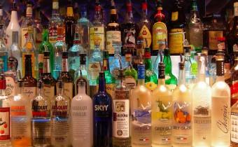 vodka_bottles_bar_alcohol_whiskey_gin_hd-wallpaper-2629579